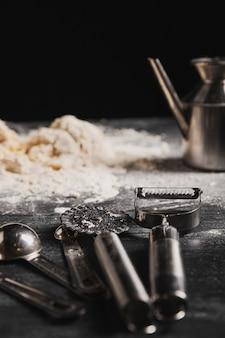 Nahaufnahmebäckereiwerkzeuge auf dem tisch