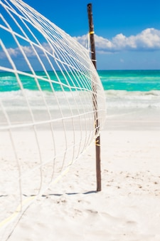 Nahaufnahmebasketballnetz am leeren tropischen exotischen strand