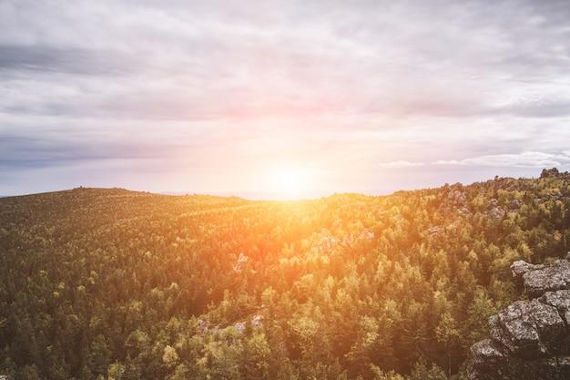 Nahaufnahmebergszenen im nationalpark kachkanar, russland, europa. bewölktes wetter, dramatischer blauer himmel, weit entfernte grüne bäume. bunter sommertag