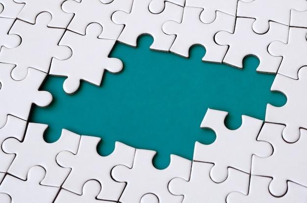 Nahaufnahmebeschaffenheit eines weißen puzzlen in zusammengebautem zustand