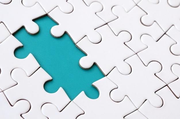 Nahaufnahmebeschaffenheit eines weißen puzzles in montiertem zustand