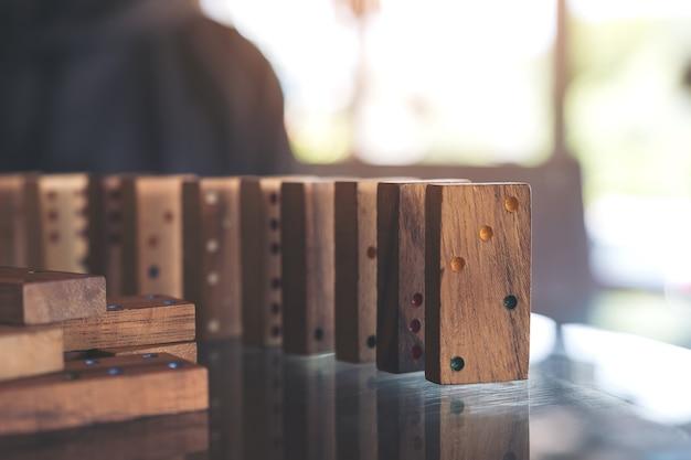 Nahaufnahmebild der hölzernen dominospieleinstellung auf tabelle