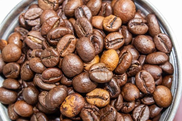 Nahaufnahmebild der kaffeebohnenmühle und der kaffeebohne.