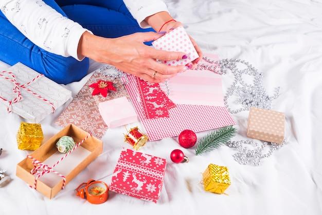 Nahaufnahmebild der mutter weihnachtsgeschenk machend