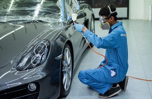 Nahaufnahmebild der professionellen autolackierung, fokus auf den vordergrund.