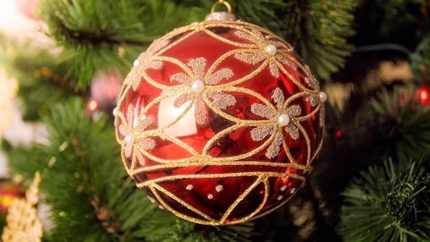 Nahaufnahmebild der schönen hängenden weihnachtskugel
