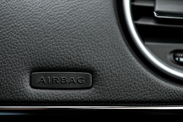 Nahaufnahmebild des airbags am lenkrad eines autos.- bild