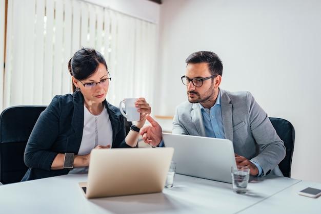 Nahaufnahmebild des arbeitens mit zwei unternehmern.