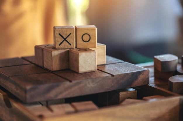 Nahaufnahmebild des hölzernen tic tac toe-spiels oder des ox-spiels in einer box