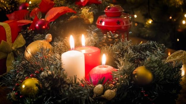 Nahaufnahmebild des schönen tisches, der für heiligabend dekoriert ist