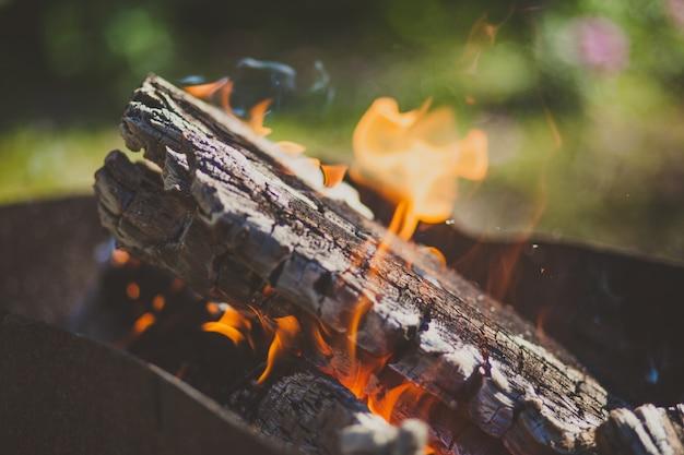 Nahaufnahmebild eines brennholzes mit brennendem flammenfeuer