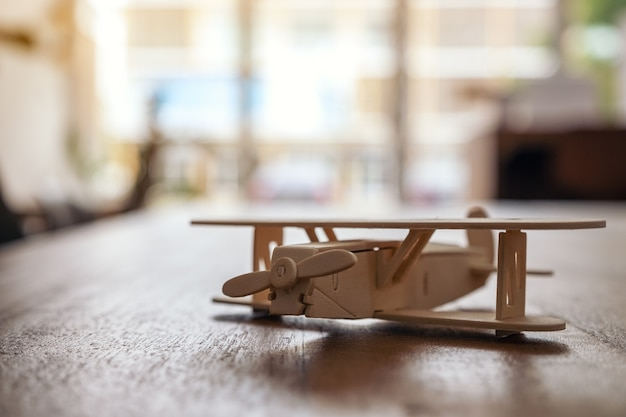 Nahaufnahmebild eines hölzernen flugzeugs auf dem tisch