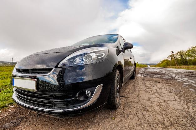 Nahaufnahmebild eines modernen autos auf einer schlechten straße