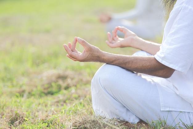 Nahaufnahmebild von händen, die meditation tun