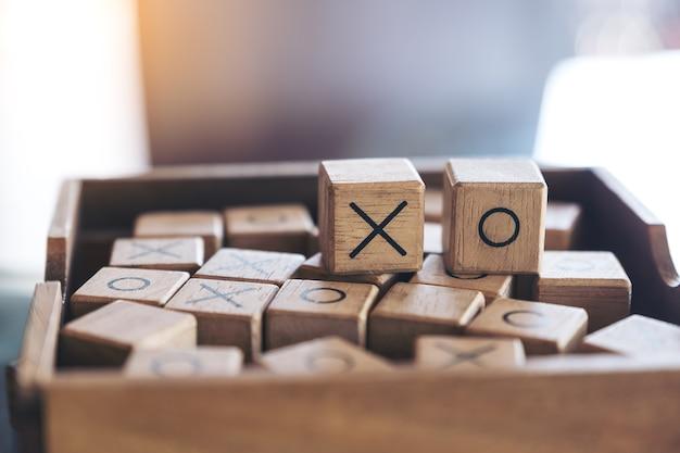 Nahaufnahmebild von hölzernem tic tac toe-spiel oder von ox-spiel in einem kasten