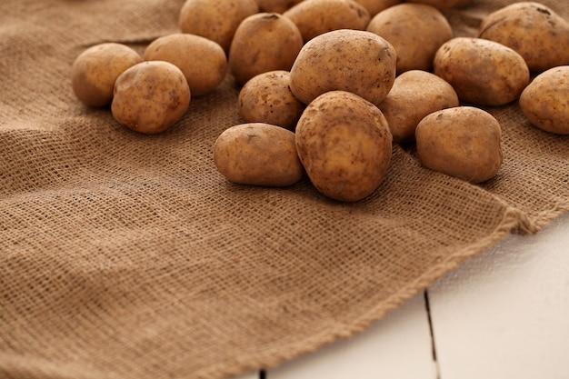 Nahaufnahmebild von rustikalen kartoffeln