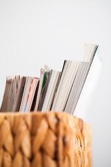 Nahaufnahmebild von zeitschriften in einem kasten