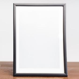 Nahaufnahmebilderrahmen auf tischplatte