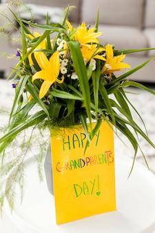 Nahaufnahmeblumen mit begrüßungsnachricht