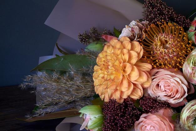Nahaufnahmeblumenstrauß verziert in der weinleseart auf einem dunklen hintergrund, selektiver fokus