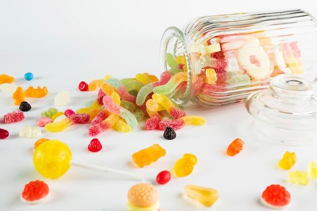 Nahaufnahmebonbons nähern sich glas