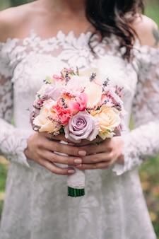 Nahaufnahmebrautblumenstrauß von rosa und weißen blumen des frühlinges auf einem unscharfen hintergrund, selektiver fokus