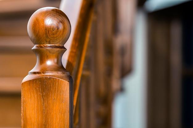 Nahaufnahmedetail der braunen hölzernen treppe