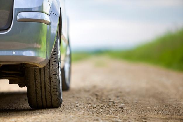 Nahaufnahmedetail des autoteils, der räder mit aluminiumscheibe und des schwarzen gummireifenschutzes