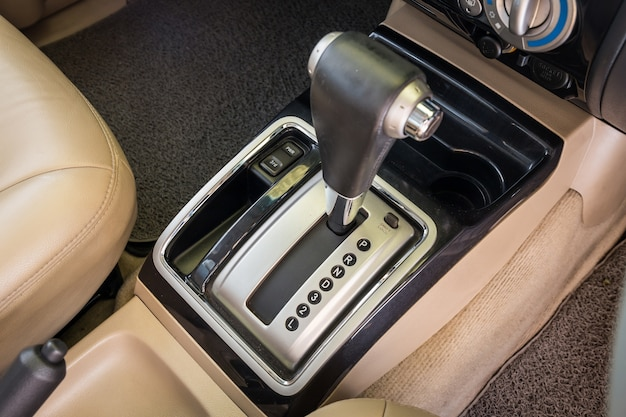 Nahaufnahmedetail des modernen autoinnenraums. automatikgetriebe auto wählen fokus