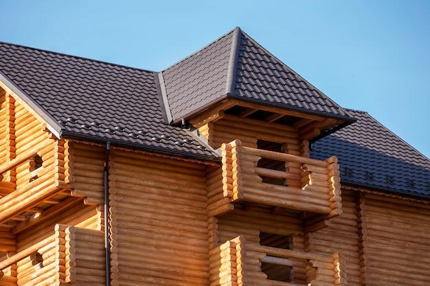 Nahaufnahmedetail des neuen modernen hölzernen warmen ökologischen häuschenhauses