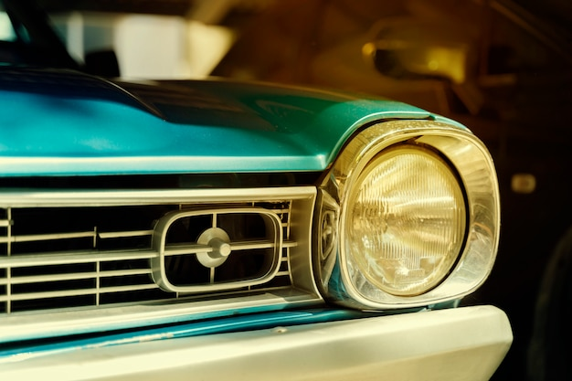 Nahaufnahmedetail des retro- autos. selektiver fokus auf dem scheinwerfer des autos.
