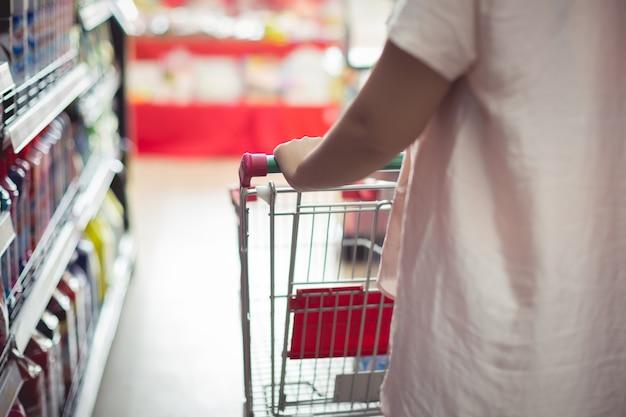 Nahaufnahmedetail eines fraueneinkaufens in einem supermarkt