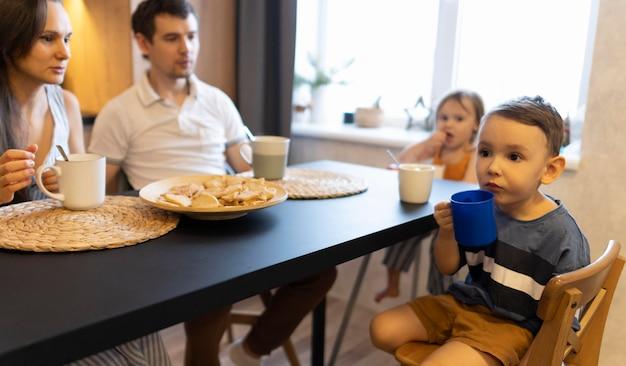 Nahaufnahmefamilie, die am tisch sitzt