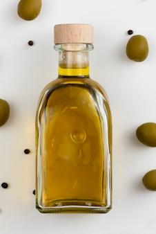 Nahaufnahmeflasche mit frischem olivenöl