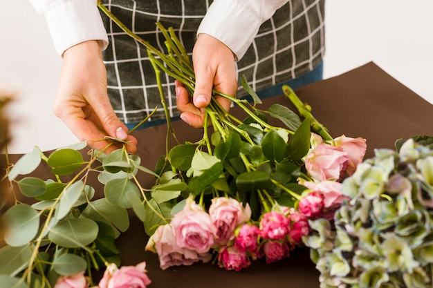 Nahaufnahmeflorist, der rosa rosen vereinbart