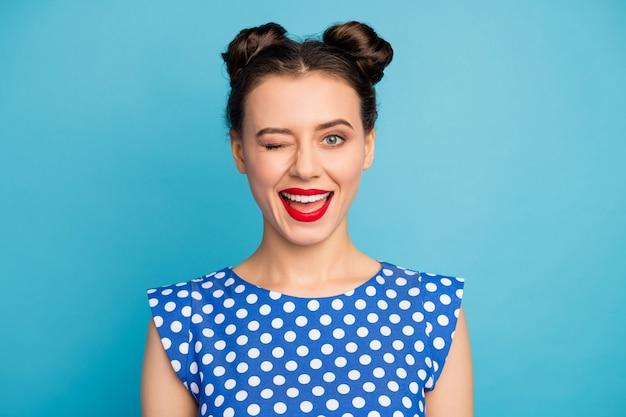 Nahaufnahmefoto der attraktiven hübschen dame rote lippen flirty verspielte stimmung blinkendes auge