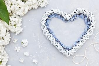 Nahaufnahmefoto der Draufsicht der Herzform der weißen Blumen