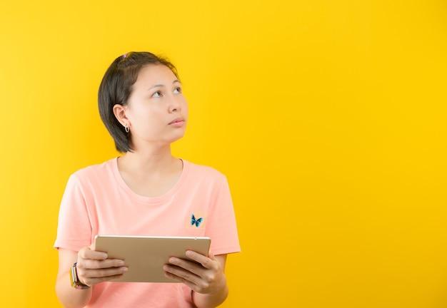 Nahaufnahmefoto der erstaunlichen kurzen frisurdame, die leeren raum tief denkt kreativer personenarm auf gelbem farbhintergrund aufschaut
