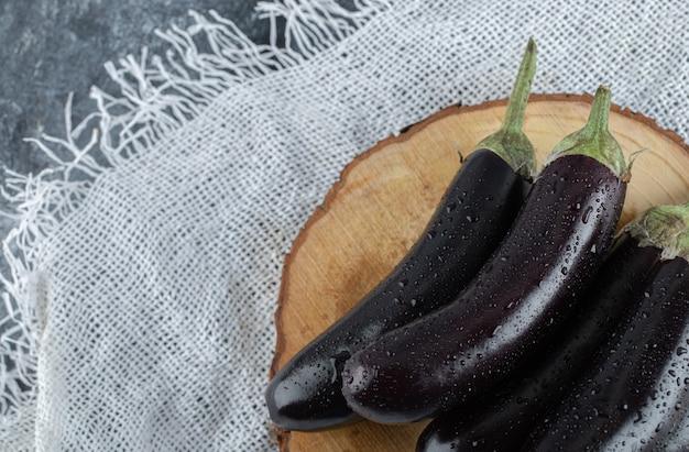 Nahaufnahmefoto der frischen rohen aubergine.