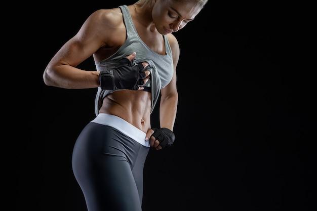 Nahaufnahmefoto der gesunden, fitten jungen frau mit starken bauchmuskeln