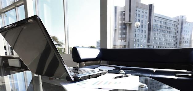 Nahaufnahmefoto der laptop-computer mit offener oberseite. leerer bildschirm.