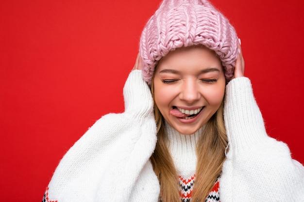 Nahaufnahmefoto der schönen glücklichen lustigen amüsanten jungen blonden frau, die lokalisiert über buntem steht