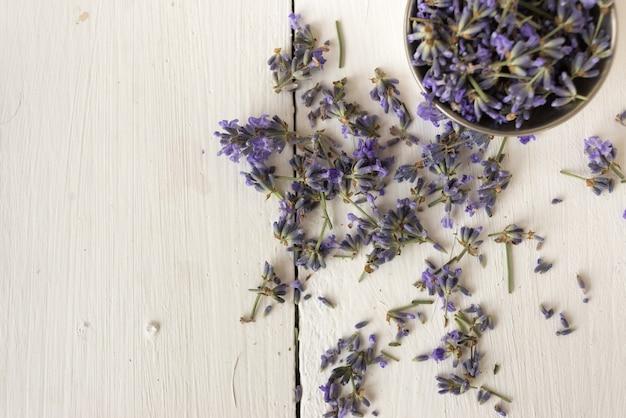 Nahaufnahmefoto der schüssel mit frischem duftendem lavendel für spa im badezimmer. flach liegen
