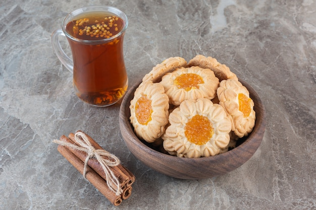 Nahaufnahmefoto der tasse tee mit frischen keksen.