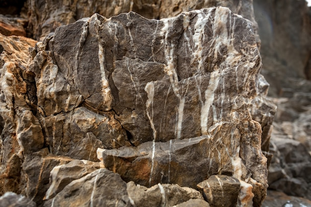 Nahaufnahmefoto des großen granitfelsens