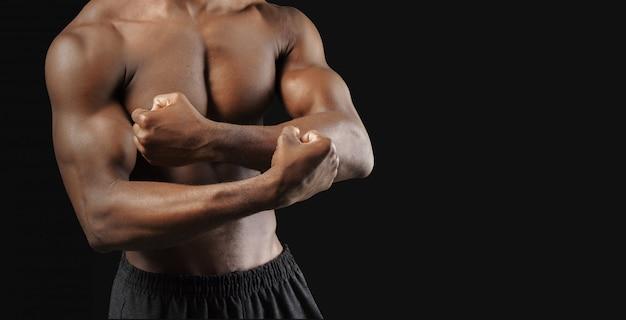 Nahaufnahmefoto des jungen mannes des afroamerikanischen muskels