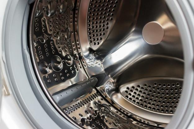 Nahaufnahmefoto des leeren waschmaschinenbehälters.