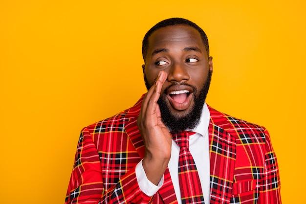Nahaufnahmefoto des lustigen gerissenen kerls halten arm nahe mund, der nachrichten erzählt