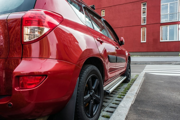 Nahaufnahmefoto des roten autos, hintere ansicht