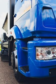 Nahaufnahmefoto des scheinwerfers und der räder des traktors.
